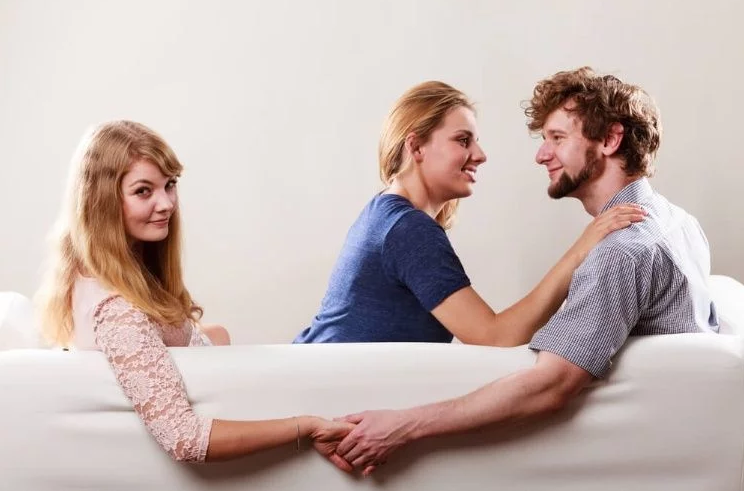 Cobro de daños y perjuicios tanto al cónyuge como a la tercera persona con la que se mantiene la relación extramarital